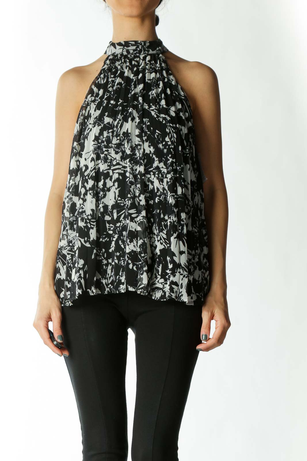 Black and White Printed High-Neck Sleeveless Pleated Blouse Front